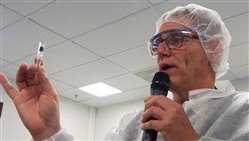 流感疫苗製程(1)法國賽諾菲藥廠日前邀請各國記者前往流感疫苗廠了解疫苗製作過程,疫苗廠廠長菲力普(Philippe Ivanes)(圖)表示,凡是會接觸到疫苗內容物的容器都必須經過完整消毒,確保疫苗品質。中央社記者張茗喧攝 107年6月23日