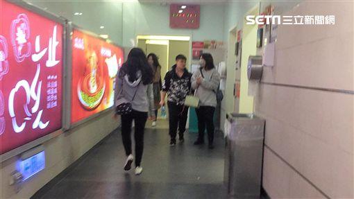 鄧男在台北轉運站尾隨女子進入一樓女廁強吻遭逮,警方訊後將他依強制猥褻罪送辦(翻攝畫面)