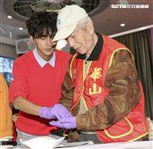浩角翔起今受邀擔任華山基金會公益大使,一同與長輩包金元寶。(記者林士傑/攝影)