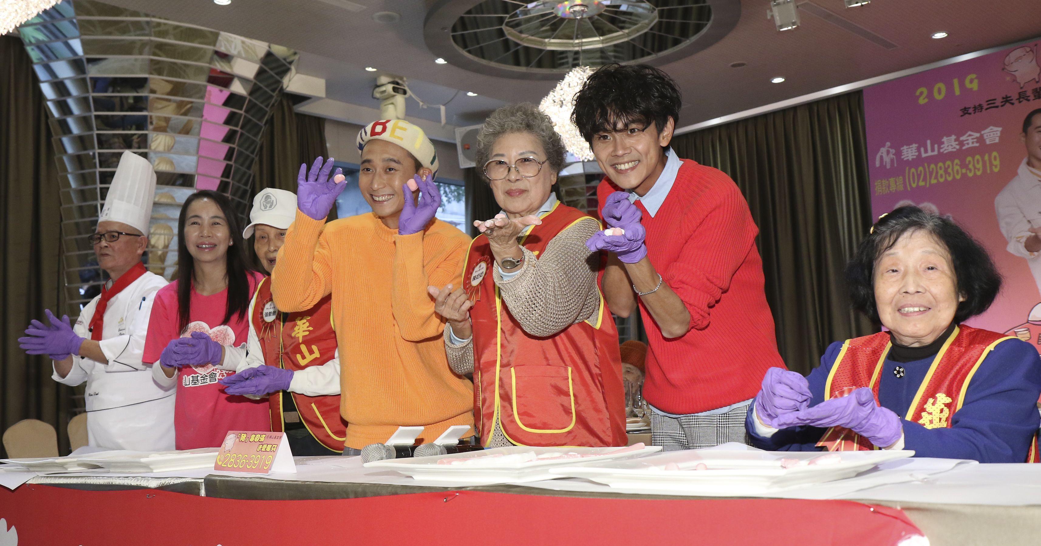 浩角翔起今受邀擔任華山基金會公益大使,一同與長輩搓湯圓。(記者林士傑/攝影)