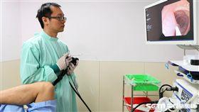 肝膽胃腸科醫師林佑達替患者進行大腸鏡檢查。(圖非新聞當事人/亞大醫院提供)