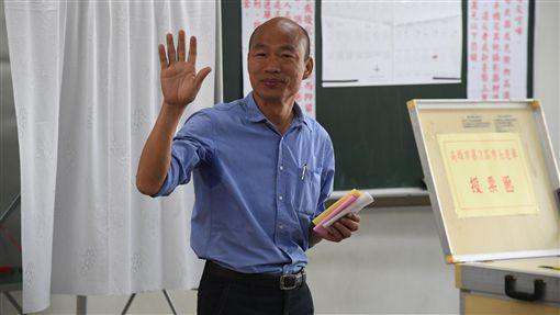 九合一選舉 韓國瑜投票(1) 九合一選舉與10案公投24日投開票,國民黨高雄市長候選人韓國瑜上午前往高雄林園中學投開票所投票。中央社記者王飛華攝 107年11月24日