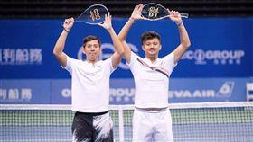 ▲台灣職網球員「小胖」楊宗樺(左)、「A鵬」謝政鵬(右)在印度Pune挑戰賽雙打拿下亞軍。(圖/翻攝自謝政鵬臉書)
