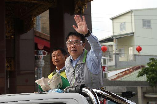 黃偉哲車隊謝票 感謝市民支持民進黨籍台南市長當選人黃偉哲(右)27日上午從關廟山西宮展開車隊謝票行程,感謝市民的支持。中央社記者楊思瑞攝 107年11月27日