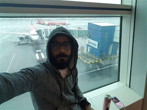 《航站情緣》沒亂演!國家爆發內戰 他受困大馬機場7個月圖/翻攝自Kontar81 Twitterhttps://twitter.com/Kontar81