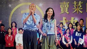 選前之夜 韓國瑜與妻牽愛犬催票國民黨高雄市長候選人韓國瑜(前左)23日晚間舉行選前之夜造勢晚會,與妻子李佳芬(前左2)牽著愛犬向民眾請託支持。中央社記者王飛華攝 107年11月23日