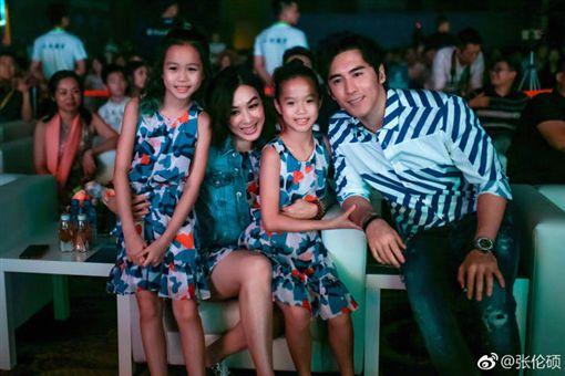 張倫碩對鍾麗緹的孩子都愛護有加。(圖/翻攝自張倫碩微博)