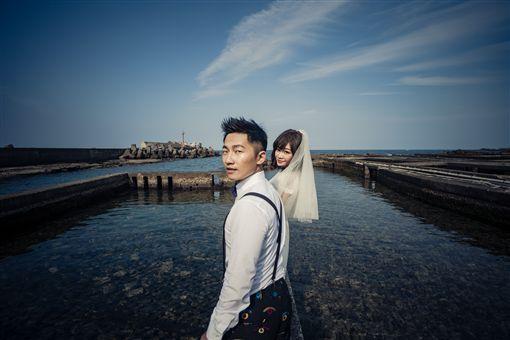 蔡昌憲海邊婚紗照。(圖/群星瑞智提供)