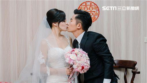 蔡昌憲甜吻嬌妻vivian。(圖/群星瑞智提供)