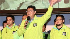 姚文智宣布敗選(2)2018九合一選舉暨公投24日投開票,民進黨台北市長候選人姚文智(中)晚間出面宣布敗選,並向支持者揮手告別。中央社記者張皓安攝 107年11月24日