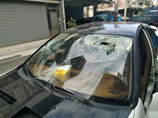 開車時不免會遇到鳥禽飛來或是野貓、野狗衝出等狀況,但有一名網友開車時,竟被「鴿子撞」,導致他前方的擋風玻璃破了一個大洞。其他網友看到後掀起熱議,紛紛直喊「是鋼鐵鴿?」(圖/翻攝自爆廢公社)
