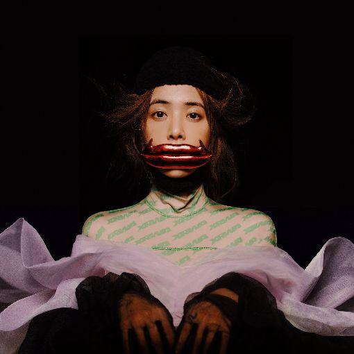 蔡依林面對內在醜陋 新專輯探索自我(2)睽違4年,歌手蔡依林將推出新專輯UGLY BEAUTY,首波公布的預購視覺,她戴上造型誇張的「真理之口」紅唇飾品,雙手擺出詭異的姿勢搭配無辜的神情,打造具有衝擊性的視覺意象,也呼應專輯打破世俗美醜的概念。(凌時差提供)中央社記者鄭景雯傳真 107年11月27日