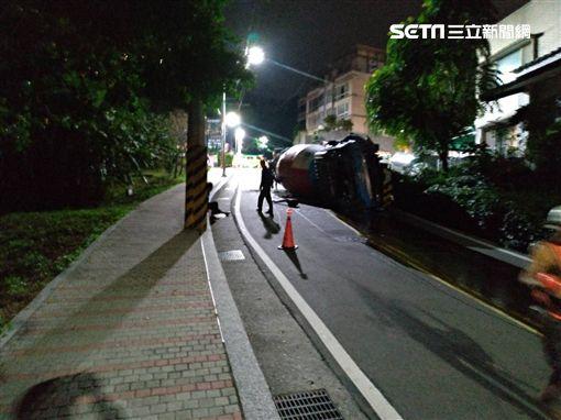 水泥曳引車因煞車失靈翻覆現場(翻攝畫面)