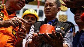 印尼今(28)日公布獅航JT 610班機失事調查報告指出,飛機在準備起飛時已出現技術問題。飛航資料紀錄器顯示,機師一直嘗試把自動降低的機頭拉高,奮戰至飛機墜毀為止。(圖/翻攝自@STcom推特)