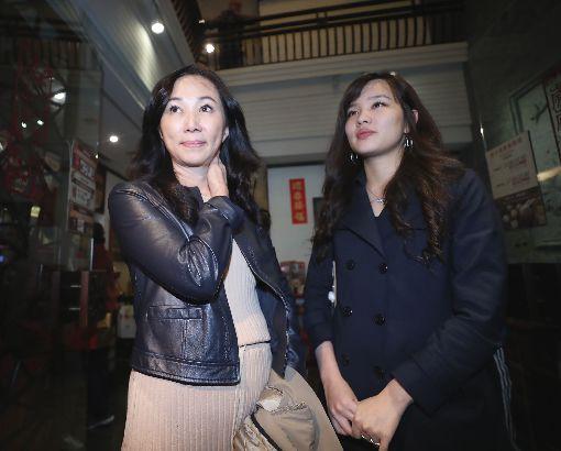 韓國瑜妻女現身台北高雄市長選舉當選人韓國瑜28日下午現身台北,並接受媒體記者訪問,韓國瑜妻子李佳芬(左)與女兒韓冰(右)在一旁等待。中央社記者吳翊寧攝 107年11月28日 ID-1663319