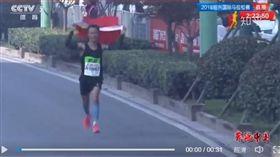 ▲紹興馬拉松又出現塞五星旗怪象。(圖/翻攝自CCTV)