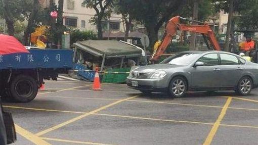 台北,吉林路,路面,坍塌(圖/爆料公社)