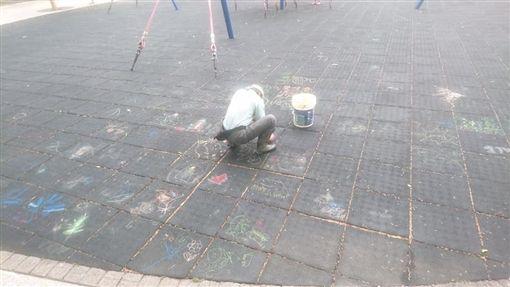 不少爸爸媽媽會趁著假日帶孩子到公園玩耍,但有一名網友發現,家裡附近的公園地墊都被小孩畫滿塗鴉,導致清潔人員要不斷地擦拭。其他網友看到後掀起熱議,紛紛感慨「清潔員的背影超辛酸!」(圖/翻攝自爆料公社)