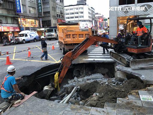 台北市吉林路發生路面塌陷事件(楊忠翰攝)