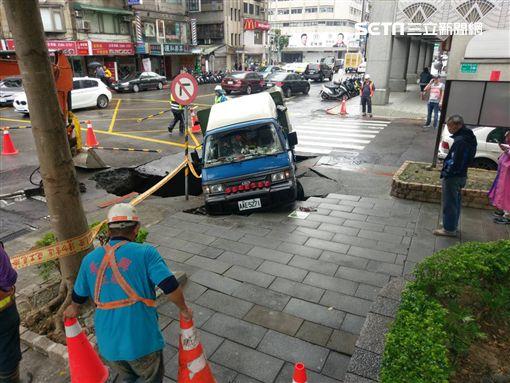 台北市吉林路發生路面塌陷事件(翻攝畫面)