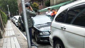 北市男疑「車內燒炭」身亡 警拉封鎖線調查(圖/翻攝畫面)