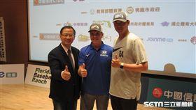 ▲中華職棒會長吳志揚(左起)、佛州棒球學校創辦人Randy Sullivan與王建民合影。(圖/記者蕭保祥攝影)