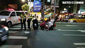 台北市1名年約50歲的男子,走在中正路與文昌路口的斑馬線時,突然休克倒地(翻攝畫面)