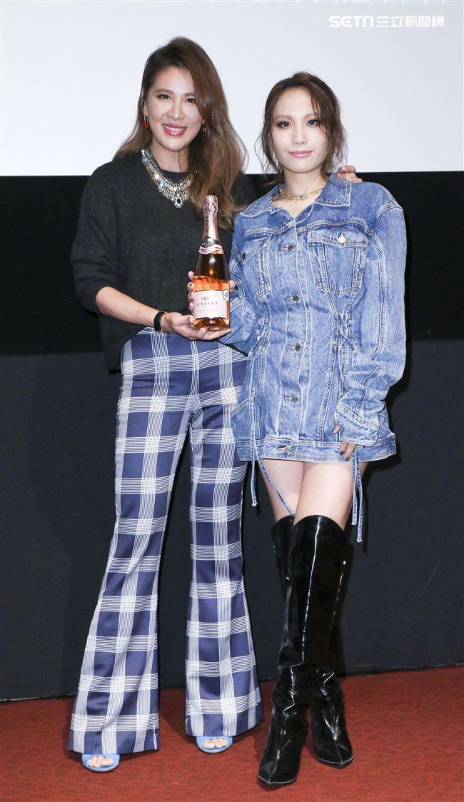呂薔Amuyi新歌暨新專輯發行,MV主角小禎贈送香檳祝福。(記者林士傑/攝影)