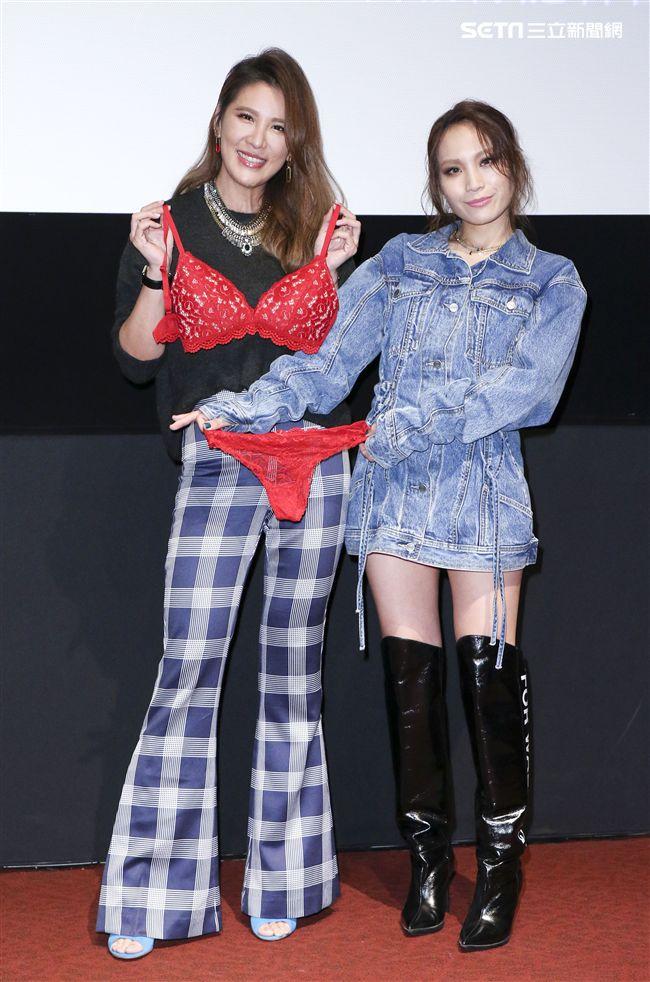 呂薔Amuyi新歌暨新專輯發行,呂薔贈與小禎紅色內衣予以祝福。(記者林士傑/攝影)