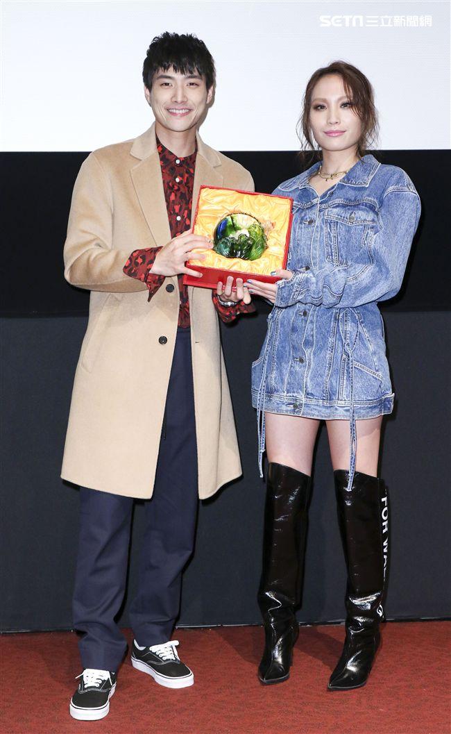 呂薔Amuyi新歌暨新專輯發行,MV主角陳彥名送琉璃給予祝福。(記者林士傑/攝影)