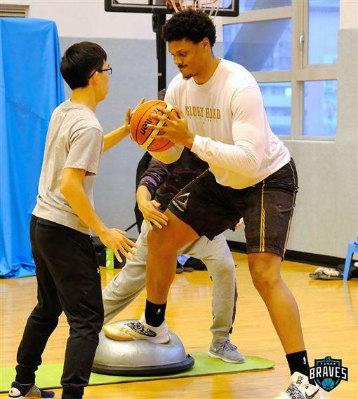 ▲富邦期待身高205公分的歐頓(Daniel Orton)傷癒歸隊。(圖/翻攝自富邦勇士籃球隊臉書)