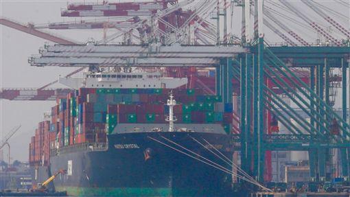 3月製造業轉亮黃藍燈(1)台灣經濟研究院4日公布107年3月製造業景氣概況,3月景氣信號分數較2月增加2.14分,整體製造業景氣燈號由2月的藍燈轉為低迷的黃藍燈。中央社記者董俊志攝 107年5月4日