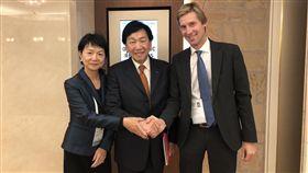 (左起)沈依婷、吳經國與IOC波伊維組長。(圖/中華奧會提供)