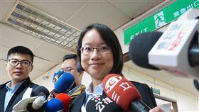 吳音寧:個人去留不重要  交由董事會決定台北農產運銷公司總經理吳音寧(前)29日上午在媒體要求下對外說明,她表示,個人去留不重要,交由董事會決定。中央社記者劉建邦攝  107年11月29日