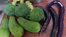 佛心,收攤,花椰菜,絲瓜,茄子,市場,/翻攝自爆廢公社