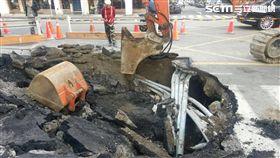 台北市吉林路與新生北路3巷路口,今天再度傳出路面塌陷事件,顯然路基掏空嚴重(翻攝畫面)