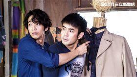 劉以豪教劉子千打領帶被陳庭妮撞見。(圖/歐銻銻娛樂提供)