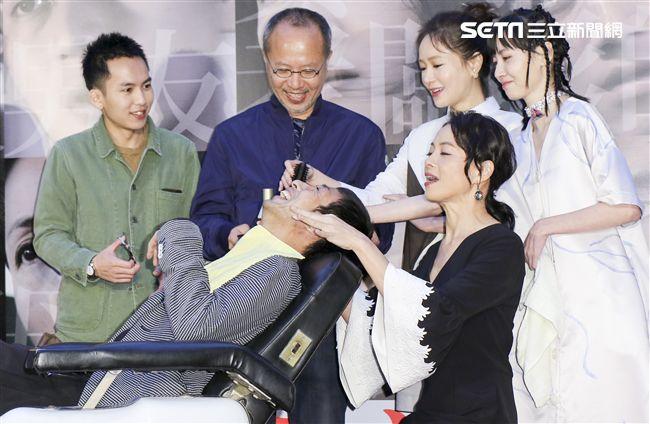 「小美」記者會神還原理髮廳場景,主演柯淑勤為導演黃榮昇洗頭。(記者林士傑/攝影)