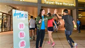 郭婞淳為跑者加油,將大眾給她的支持化作正向力量、回饋群眾。(圖/富邦提供)