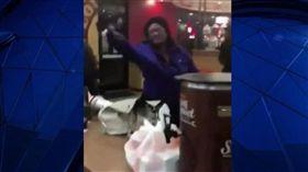 要不到免費飲料森77!女子咆哮要求退費 拿餐盤爆打店員(圖/翻攝自NBC News)