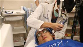 花蓮門諾引進新儀器 專案助青少年除刺青花蓮門諾醫院成立醫美中心,引進「4D皮秒雷射」,除了黑斑雷射,也可淡化刺青,並特別推出專案方式幫助由社福機構轉介、想去除刺青的青少年。中央社記者李先鳳攝 107年11月29日