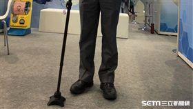 奇美醫院「多功能行動輔具手杖」,其手杖握把是依據個人使用手杖的習慣、手握的角度客製化而成。(圖/記者楊晴雯攝)
