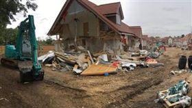 霸氣!雇主拖欠薪水 他暴怒開挖土機拆毀上億房屋(圖/翻攝自英國《鏡報》)