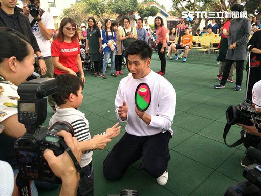 ▲陳偉殷在彰化喜樂保育院與大小孩子親切互動。(圖/記者林辰彥攝影)