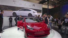 以獎勵為誘餌 中國監控百萬輛新能源車中國早在2017年就建置了新能源車大數據平台,官方並以獎勵為誘餌,讓包括特斯拉等外國車廠交出行車數據。圖為4月25日北京國際車展,特斯拉最新款電動車首度在中國亮相。(中新社提供)中央社 107年11月30日