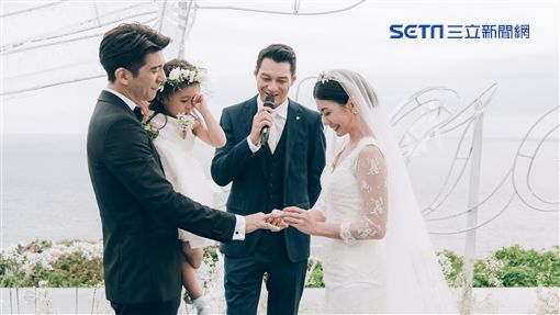 修杰楷還抱著揉眼的咘咘,對著新娘賈靜雯念出誓詞。(圖/齊點娛樂有限公司/小小姑娘工作室)