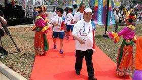 中華奧會會長林鴻道(前)率隊參加升旗典禮。(圖/中華奧會提供)
