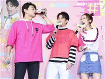 「公主我來了」首播記者會主持人阿KEN、陳漢典、LULU,阿KEN輸了遊戲喝下苦茶。(記者林士傑/攝影)