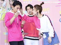 「公主我來了」首播記者會主持人阿KEN、陳漢典、LULU,阿KEN輸了遊戲喝下苦茶LULU向前關心。(記者林士傑/攝影)