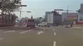 救護車險撞轎車 網友一面倒狂譙救護車司機 圖/翻攝自爆料公社